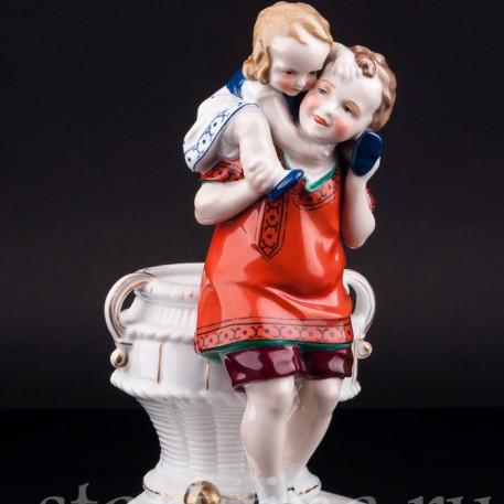 Фарфорвая статуэтка Дети с корзиной, Hertwig & Co, Katzhutte, Германия, 1920-30 гг.